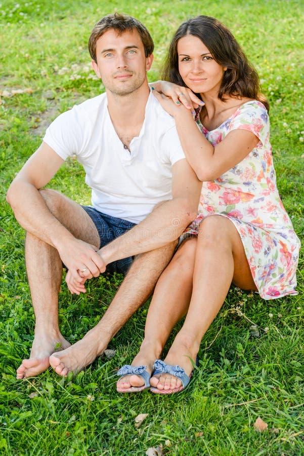 Szczęśliwi kochający potomstwa dobierają się outdoors obrazy royalty free