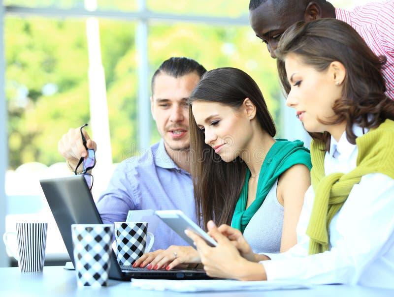 Szczęśliwi kreatywnie ludzie biznesu zdjęcie stock