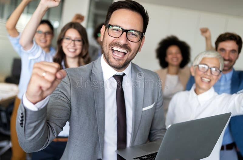 Szczęśliwi ludzie biznesu świętuje sukces przy firmą obraz royalty free
