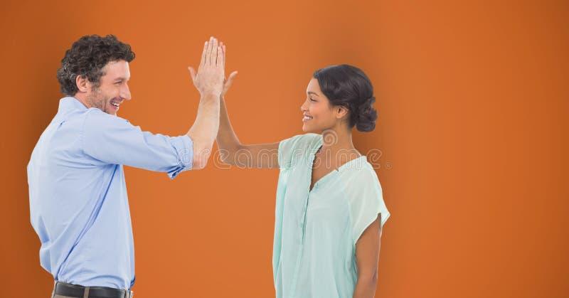 Szczęśliwi ludzie biznesu daje wysokości przeciw pomarańczowemu tłu royalty ilustracja