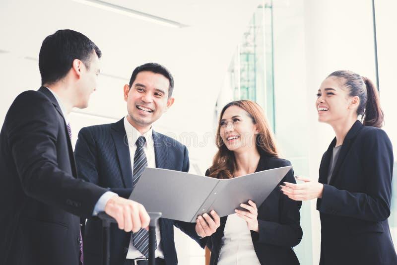 Szczęśliwi ludzie biznesu dyskutuje pracę w budynku korytarzu zdjęcia stock