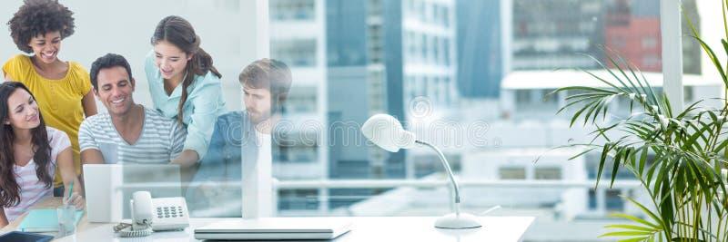Szczęśliwi ludzie biznesu patrzeje komputer zdjęcia stock