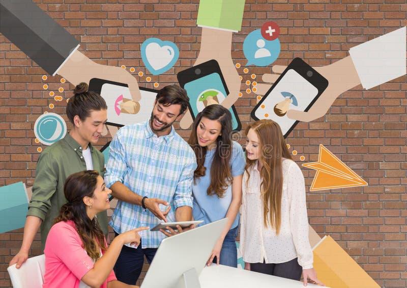 Szczęśliwi ludzie biznesu patrzeje komputer przeciw ściana z cegieł z grafika przy biurkiem obrazy royalty free