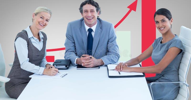 Szczęśliwi ludzie biznesu przy biurkiem przeciw wykresowi ilustracja wektor