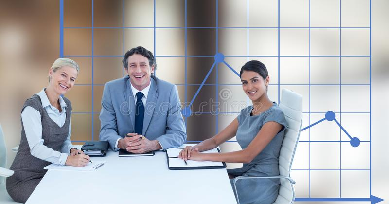 Szczęśliwi ludzie biznesu przy biurkiem przeciw wykresowi ilustracji