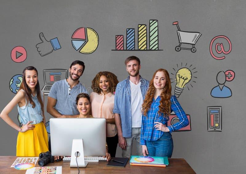 Szczęśliwi ludzie biznesu przy biurko pozycją przeciw popielatemu tłu z grafika fotografia stock