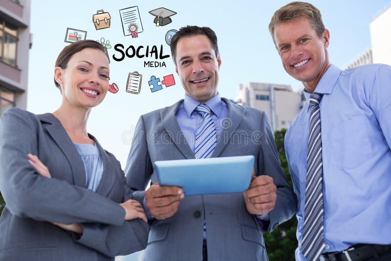 Szczęśliwi ludzie biznesu z cyfrową pastylką i ogólnospołecznymi medialnymi ikonami ilustracji