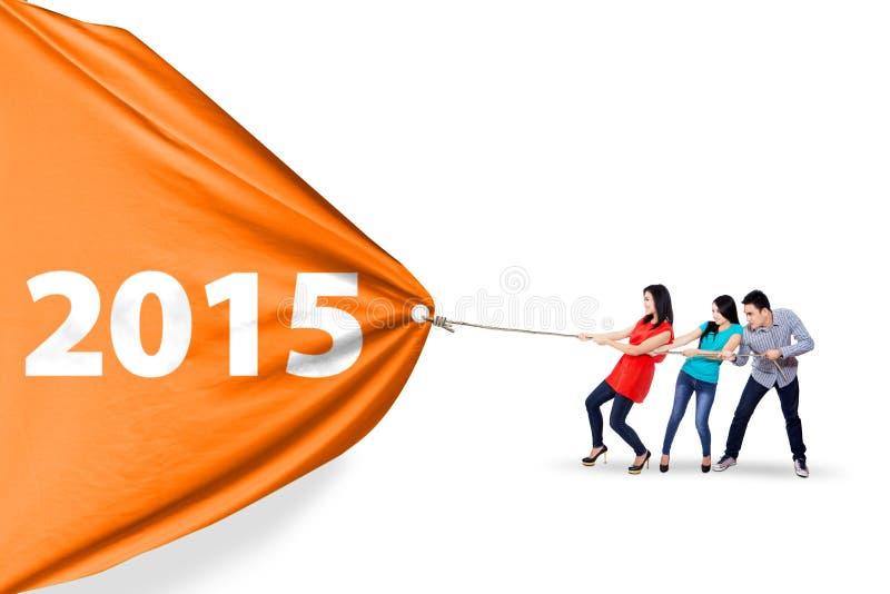Szczęśliwi ludzie ciągnie sztandar 2015 royalty ilustracja