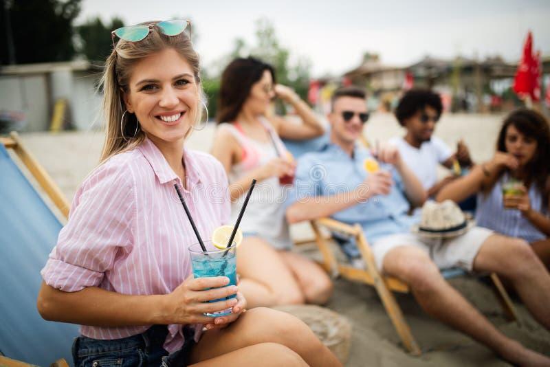 Szczęśliwi ludzie ma zabawę w wakacjach letnich Przyjaciele, wakacje, lata styl życia i młodości pojęcie, zdjęcia stock