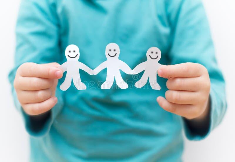 Szczęśliwi ludzie papieru łańcuchu obrazy royalty free