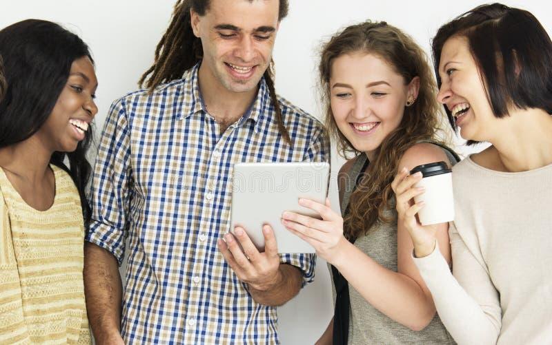 Szczęśliwi ludzie patrzeje pastylkę zdjęcie royalty free