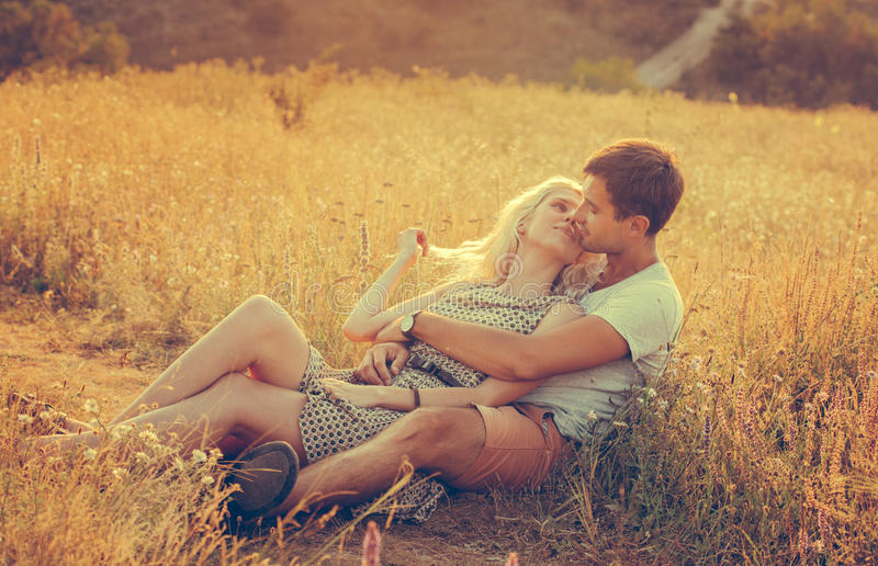 Szczęśliwi ludzie pięknego krajobrazu i para w miłość dowcipie outdoors obrazy stock