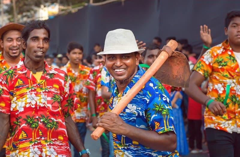 Szczęśliwi ludzie tanczy na tradycyjnym Goa karnawale z tradycyjnymi rolniczymi narzędziami obrazy royalty free