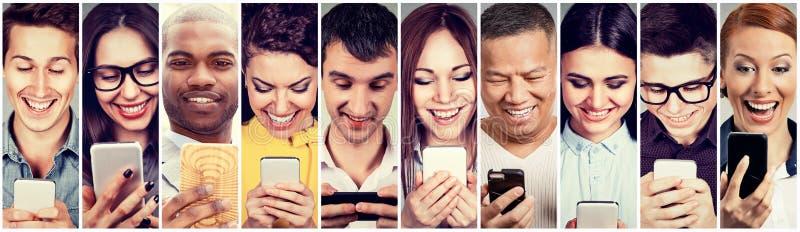 Szczęśliwi ludzie używa mobilnego mądrze telefon