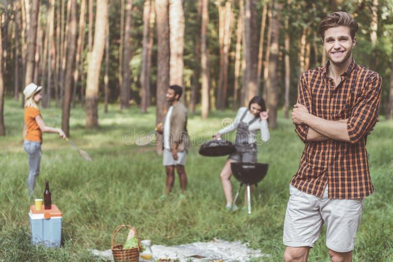 Szczęśliwi mężczyzna i kobiety zabawia outdoors obrazy royalty free