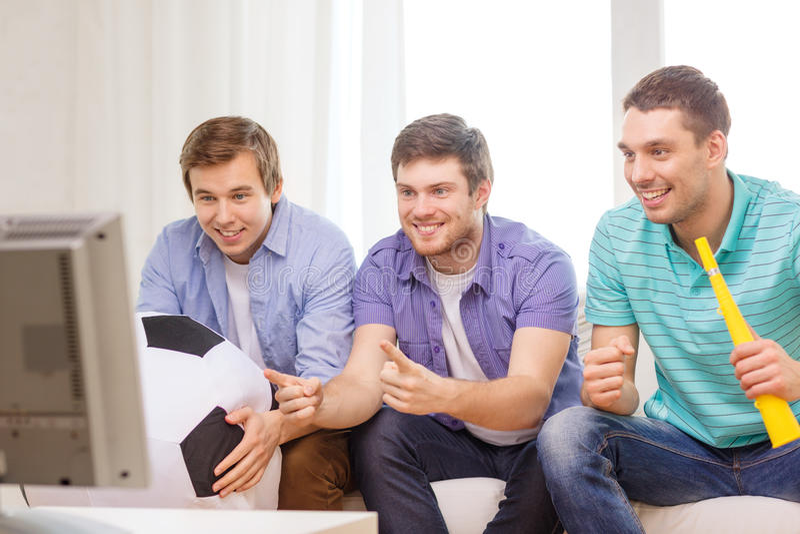 Szczęśliwi męscy przyjaciele z futbolem i vuvuzela zdjęcie stock