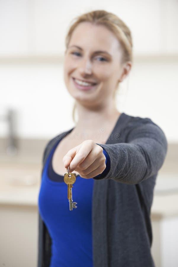 Szczęśliwi młodej kobiety mienia klucze Nowy dom obrazy stock