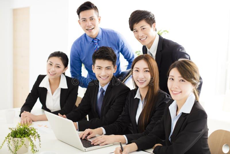 Szczęśliwi młodzi ludzie biznesu pracuje w biurze obraz stock