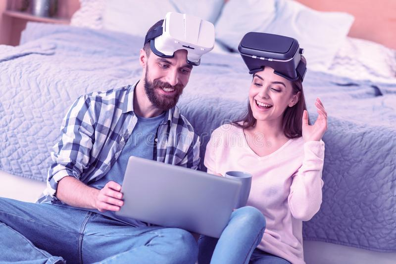 Szczęśliwi młodzi ludzie patrzeje ich laptop obraz royalty free