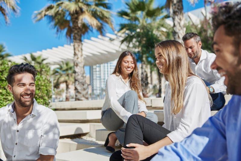 Szczęśliwi młodzi ludzie relaksują na podróży służbowej outside zdjęcia royalty free