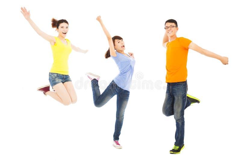 Szczęśliwi młodzi ludzie tanczy i skacze obraz royalty free