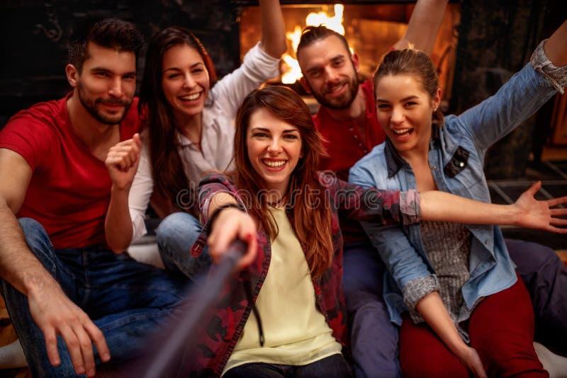 Szczęśliwi młodzi przyjaciele bierze selfie z telefonem komórkowym fotografia stock