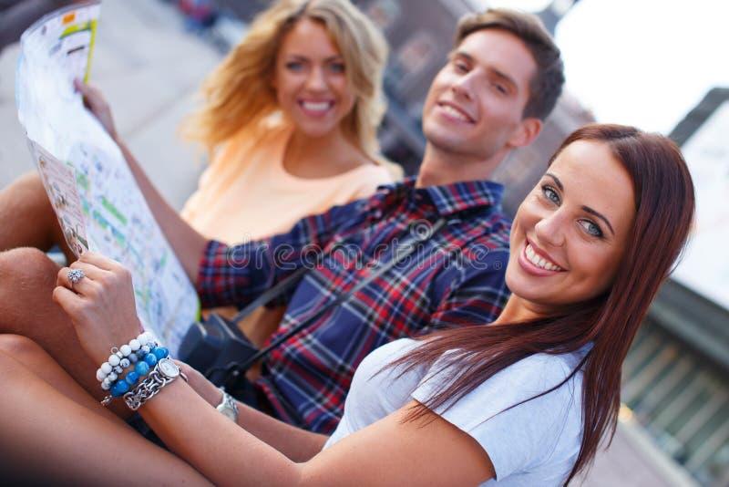 Szczęśliwi młodzi turyści fotografia royalty free