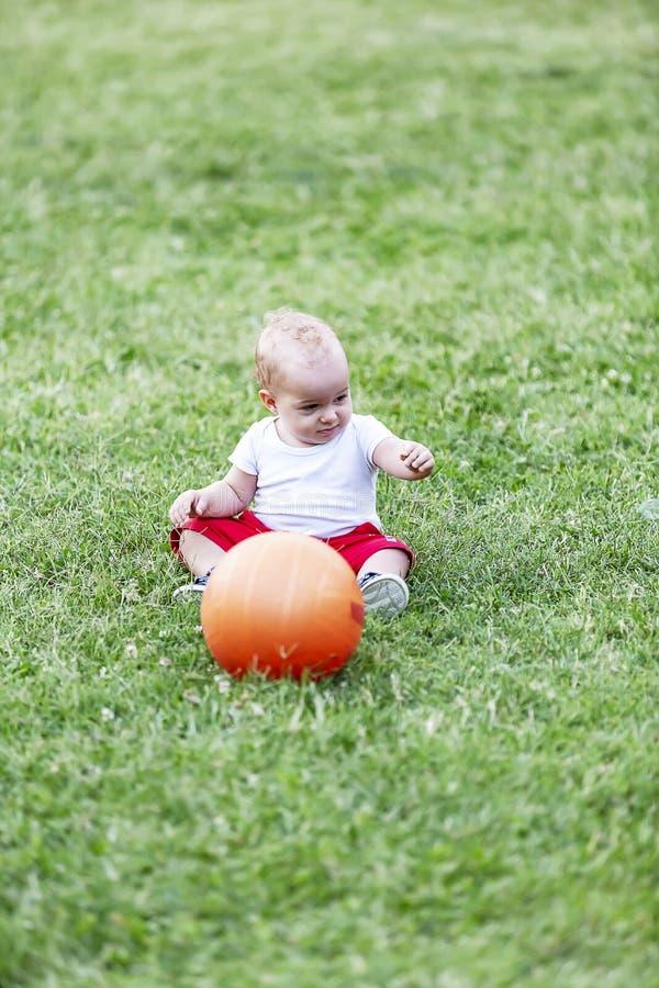 szczęśliwi małe dzieci bawić się w parku outdoors zdjęcie royalty free