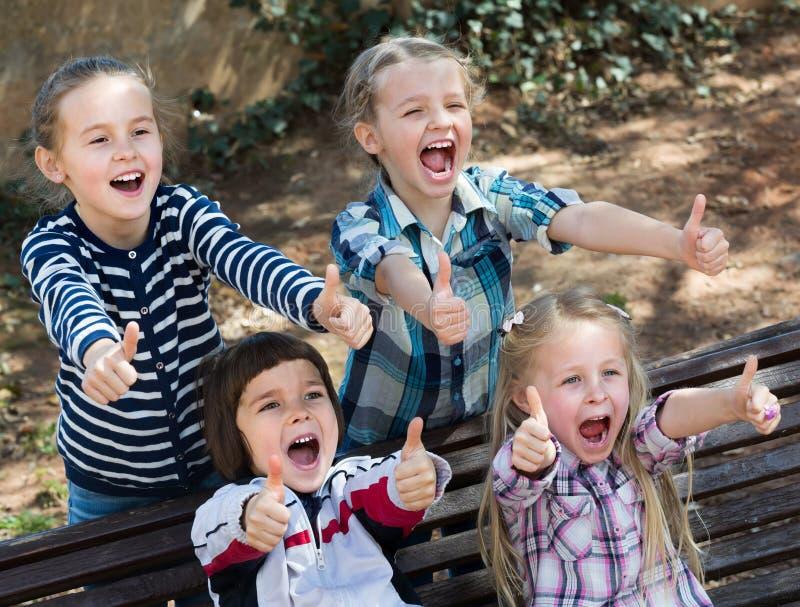 Szczęśliwi mali przyjaciele w miasto parku obrazy stock