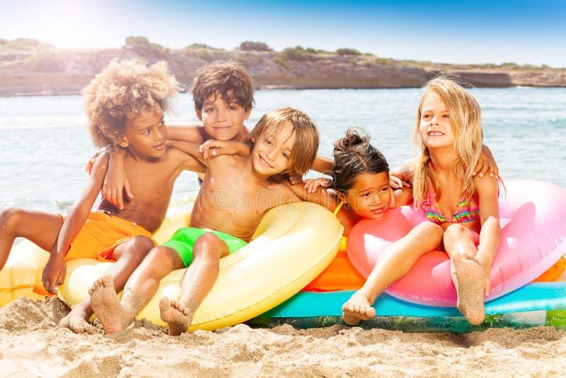 Szczęśliwi mali przyjaciele wydaje lato na plaży obraz stock