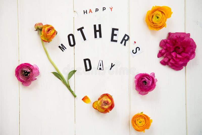 Szczęśliwi matka dnia listy i Ranunculus zdjęcie royalty free
