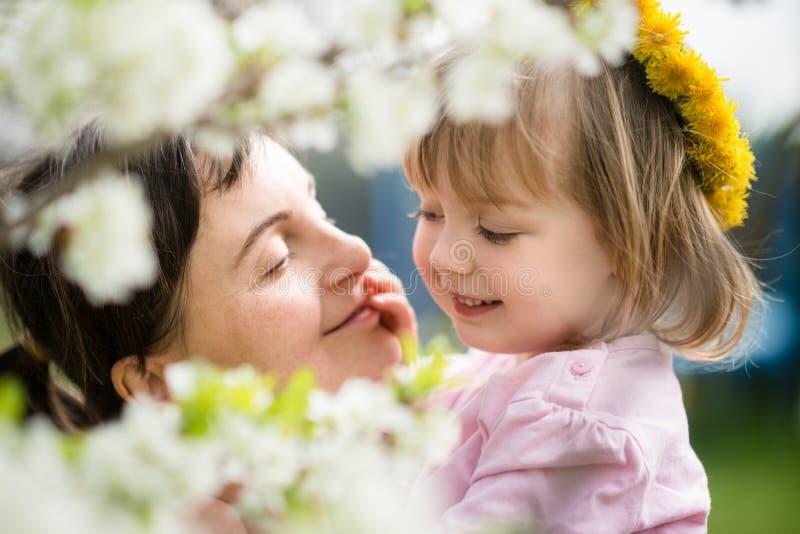 Szczęśliwi momenty - matka z dzieckiem obrazy stock