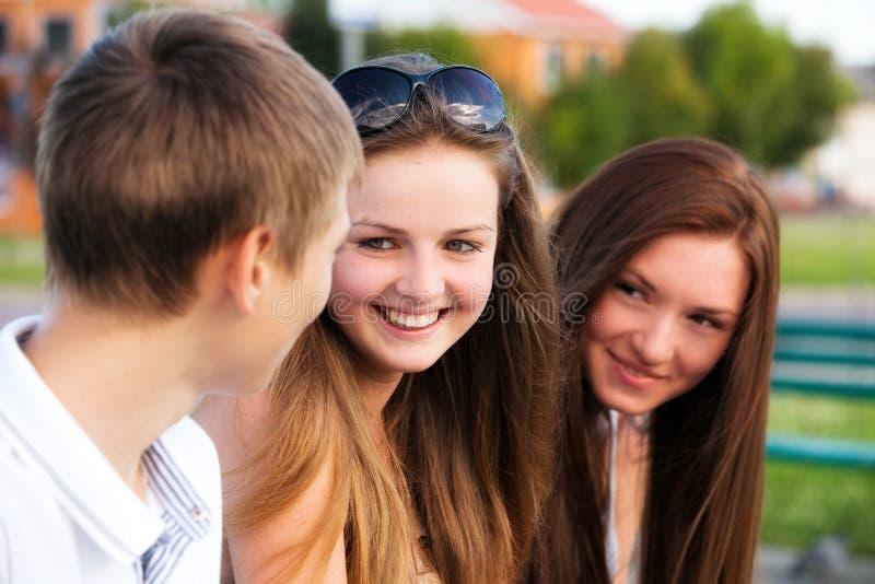 szczęśliwi nastolatkowie trzy potomstwa obraz stock
