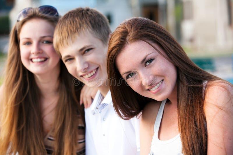 szczęśliwi nastolatkowie trzy potomstwa zdjęcia stock