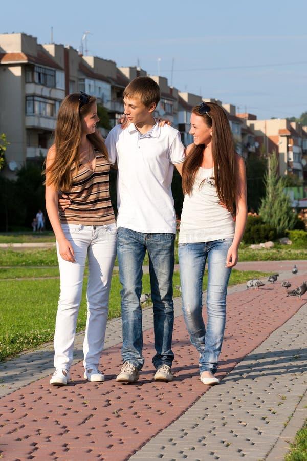 szczęśliwi nastolatkowie trzy potomstwa zdjęcie stock