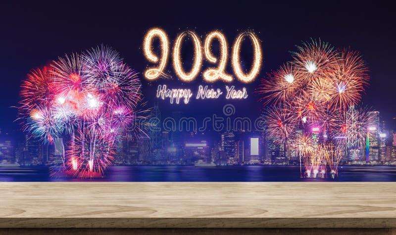 Szczęśliwi nowego roku 2020 fajerwerki nad pejzażem miejskim przy nocą z pustej drewnianej deski stołowym wierzchołkiem, sztandar zdjęcia royalty free