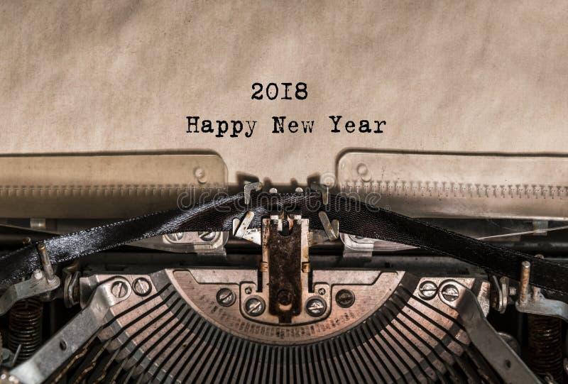 Szczęśliwi nowego roku 2018 słowa pisać na maszynie na rocznika maszyna do pisania obraz stock