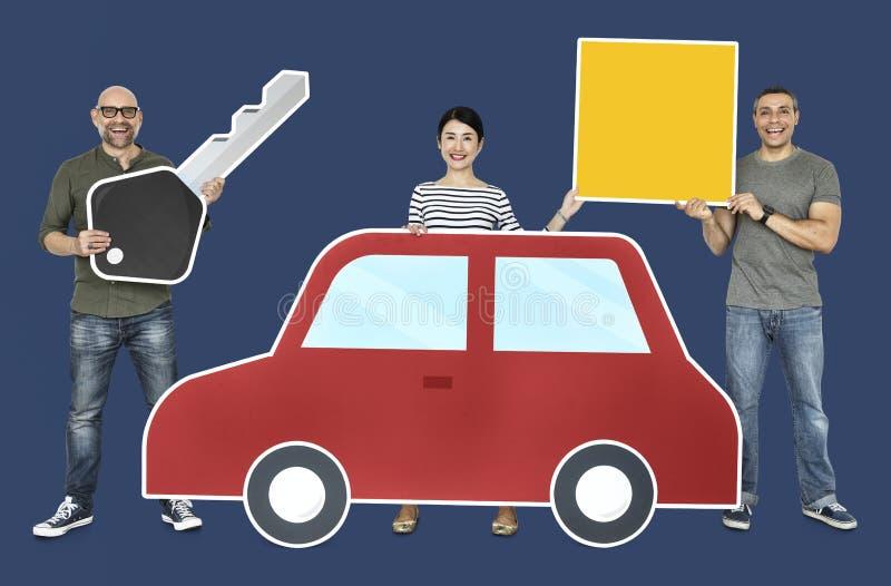 Szczęśliwi nowi kierowcy z samochodem zdjęcie royalty free