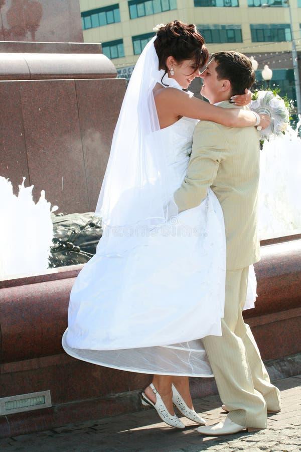 szczęśliwi nowożeńcy zdjęcie royalty free