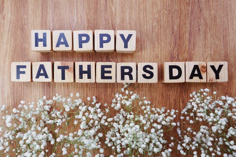 Szczęśliwi ojca dnia abecadła listy na drewnianym tle zdjęcie stock