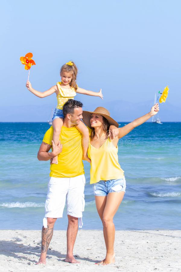 Szczęśliwi ono uśmiecha się rodzinni wakacje zdjęcia royalty free