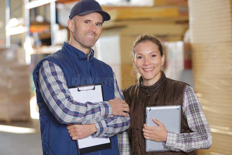 Szczęśliwi papierowego młynu pracownicy fabryczni zdjęcia stock