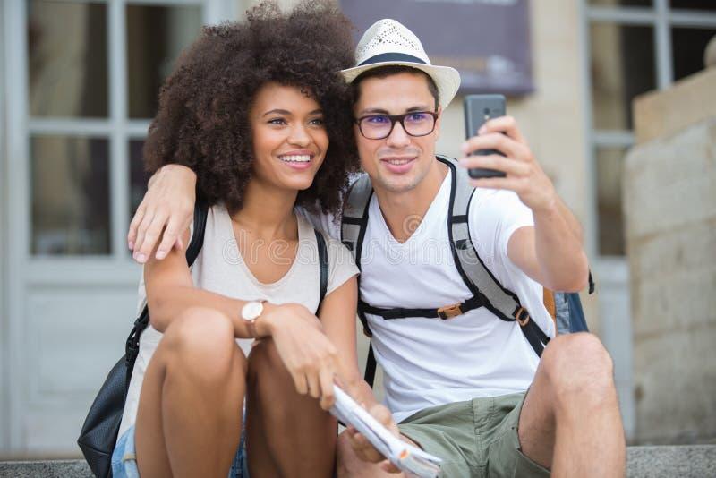 Szczęśliwi para turyści bierze selfie w starym mieście zdjęcia stock