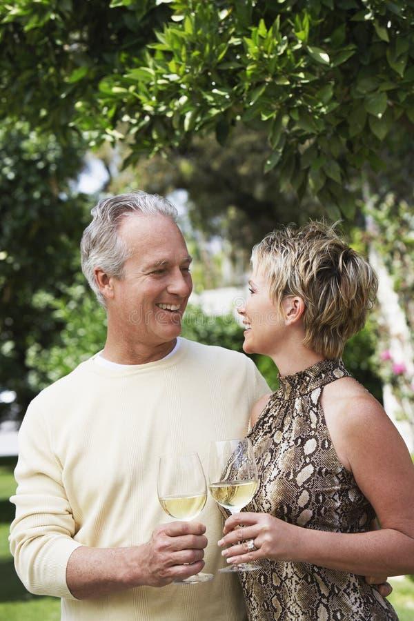 Szczęśliwi pary mienia wina szkła obrazy stock