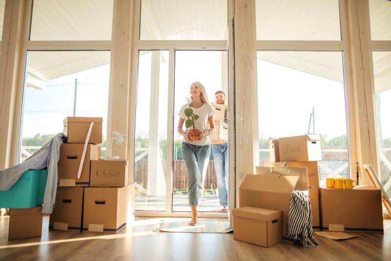 Szczęśliwi pary przewożenia kartony W Nowego dom Na Poruszającym dniu fotografia stock