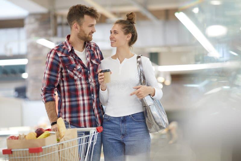 Szczęśliwi pary przewożenia sklepy spożywczy obraz royalty free