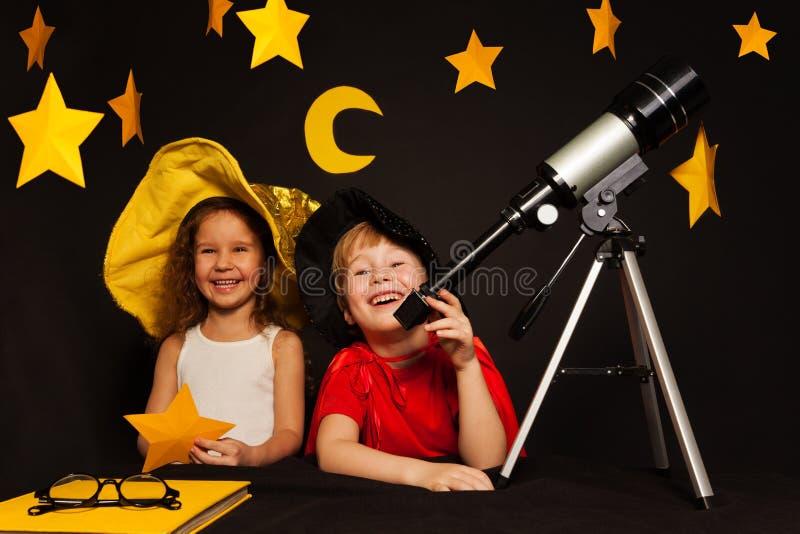 Szczęśliwi pięć lat dzieciaków bawić się niebo obserwatorów zdjęcia royalty free