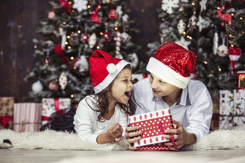 Szczęśliwi piękni dzieci chłopiec, dziewczyna z prezentami świętować wpólnie i obraz stock