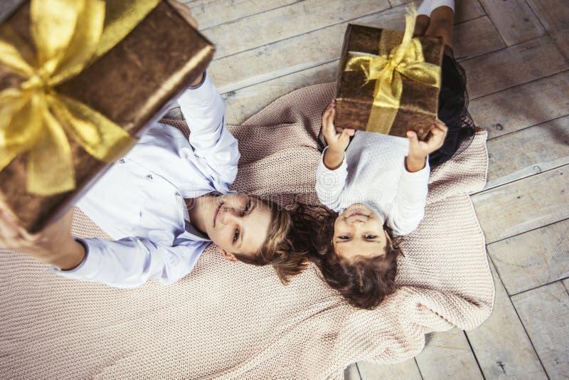 Szczęśliwi piękni dzieci chłopiec i dziewczyna z prezentami w rękach ar zdjęcia stock