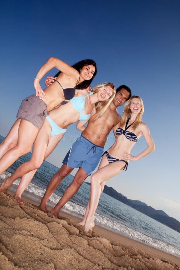 szczęśliwi plażowi przyjaciele obraz royalty free